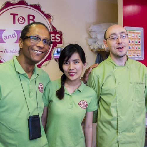 L'équipe de Tea and Bubbles avec Frédéric Babel, son gérant(à gauche.)